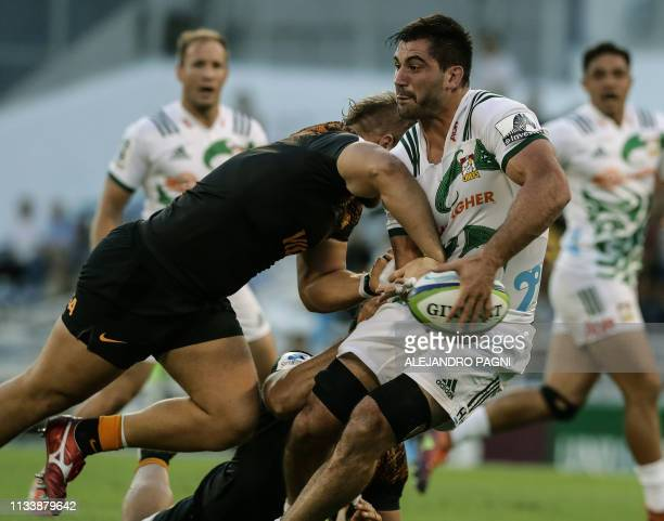 New Zealander's Chiefs flanker Luke Jacobson vies for the ball with Argentina's Jaguares prop Nahuel Mayco Vivas during their Super Rugby match at...
