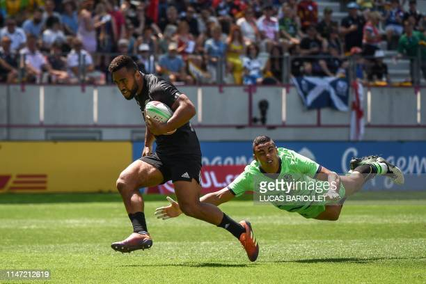 New Zealand's Jona Nareki runs to score a try during a HSBC Paris Sevens Series rugby match between New Zealand and Scotland, at the Stade Jean Bouin...