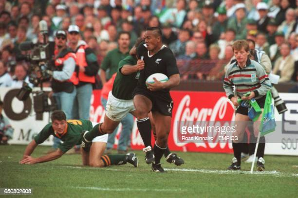 New Zealand's Jonah Lomu leaves South Africa's Joost Van Der Westhuizen on the deck