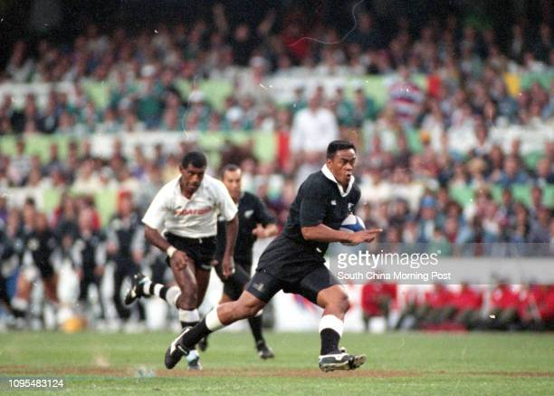 New Zealand's Jonah Lomu sprint pass the Fijian defence during the Cup final of Hong Kong Sevens at Hong Kong Stadium 26 March 1995