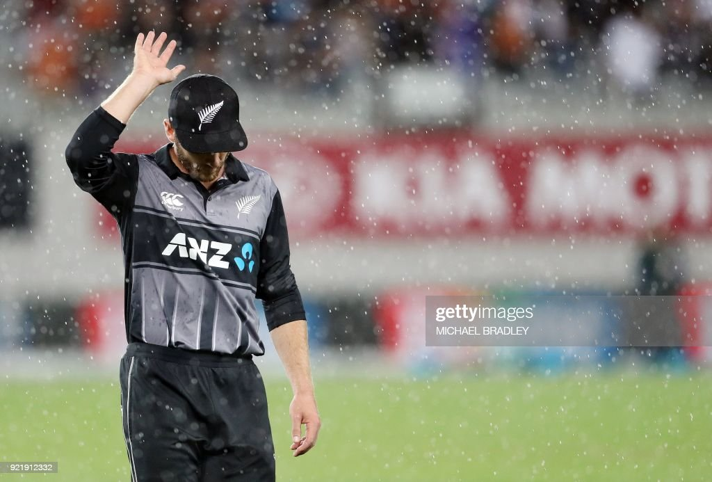 New Zealand's Kane Williamson leaves the field during a brief rain shower during the final Twenty20 Tri Series international cricket match between New Zealand and Australia at Eden Park in Auckland on February 21, 2018. /