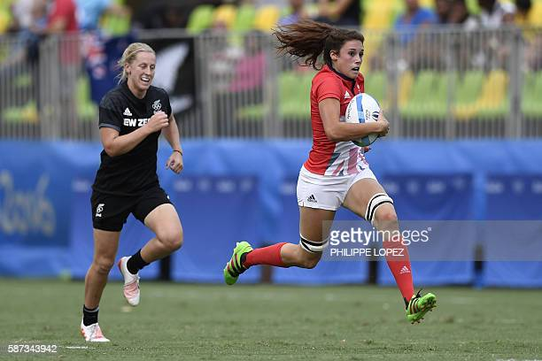 New Zealand's Kelly Brazier chases Britain's Abbie Brown in the womens rugby sevens semi-final match between Britain and New Zealand during the Rio...