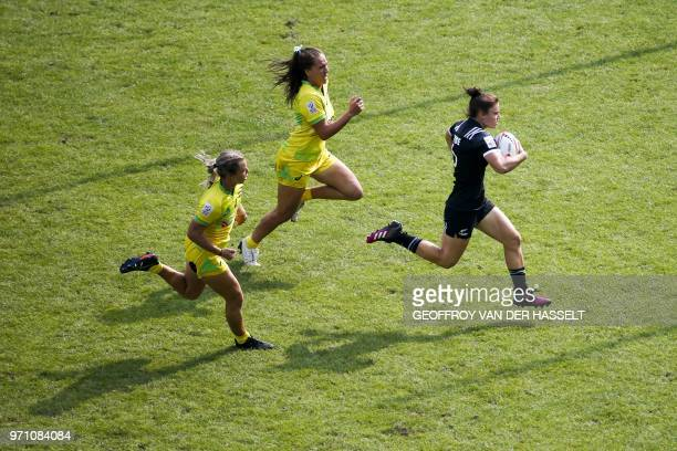 New Zealand's Michaela Blyde runs with the ball during the final of the Women's tournament of 2018 Rugby World Cup Sevens game between New Zealand...