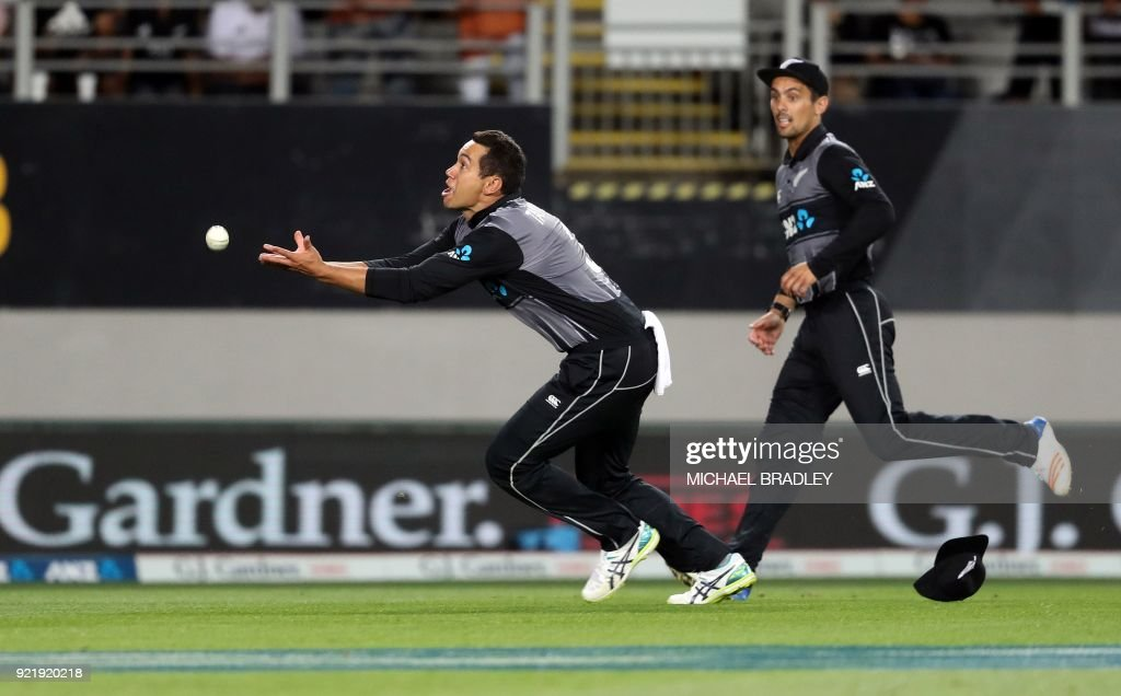 New Zealand's Ross Taylor (L) is unable to take a catch as teammate Anaru Kitchen (R) looks on, during the final Twenty20 Tri Series international cricket match between New Zealand and Australia at Eden Park in Auckland on February 21, 2018. /