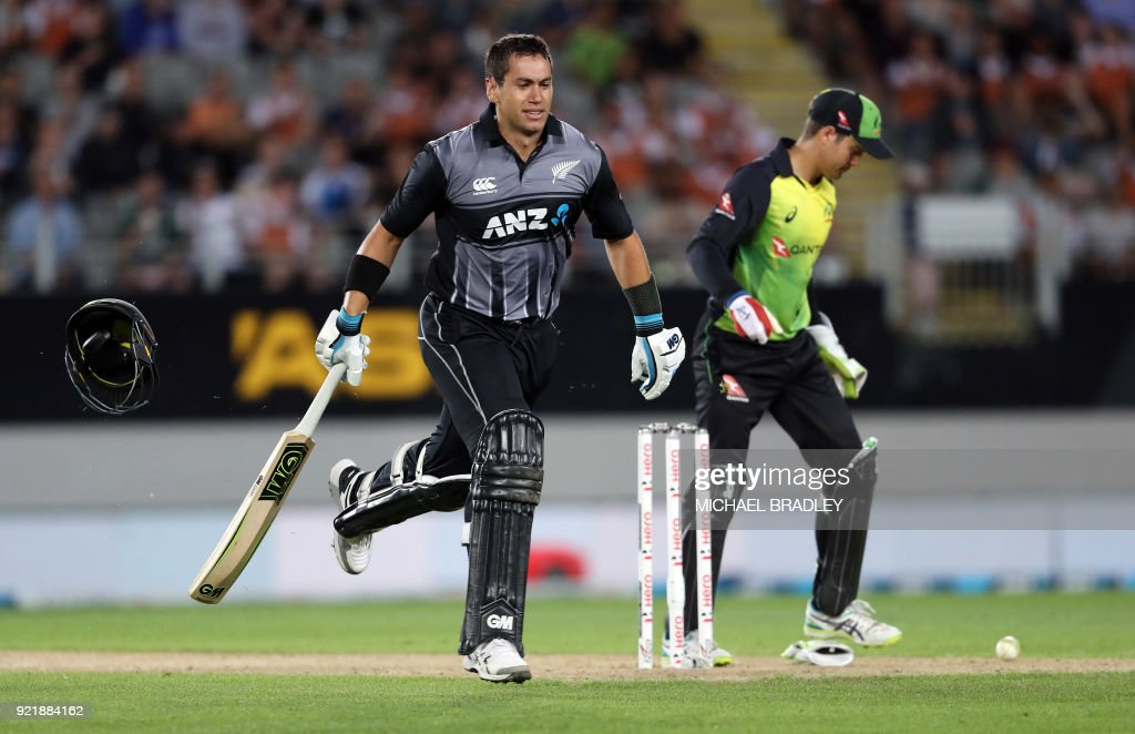 New Zealand's Ross Taylor (L) makes a run during the final Twenty20 Tri Series international cricket match between New Zealand and Australia at Eden Park in Auckland on February 21, 2018. /