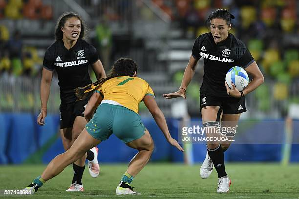 New Zealand's Sarah Goss runs with the ball in the womens rugby sevens gold medal match between New Zealand and Australia during the Rio 2016 Olympic...