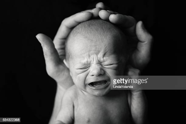 Neugeborenes Baby weint