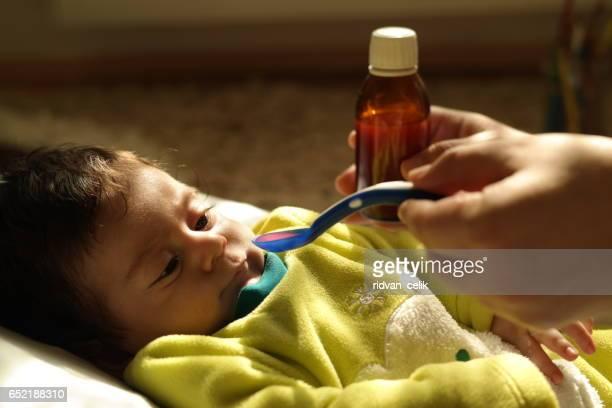 Neugeborenes baby bekommt Medizin