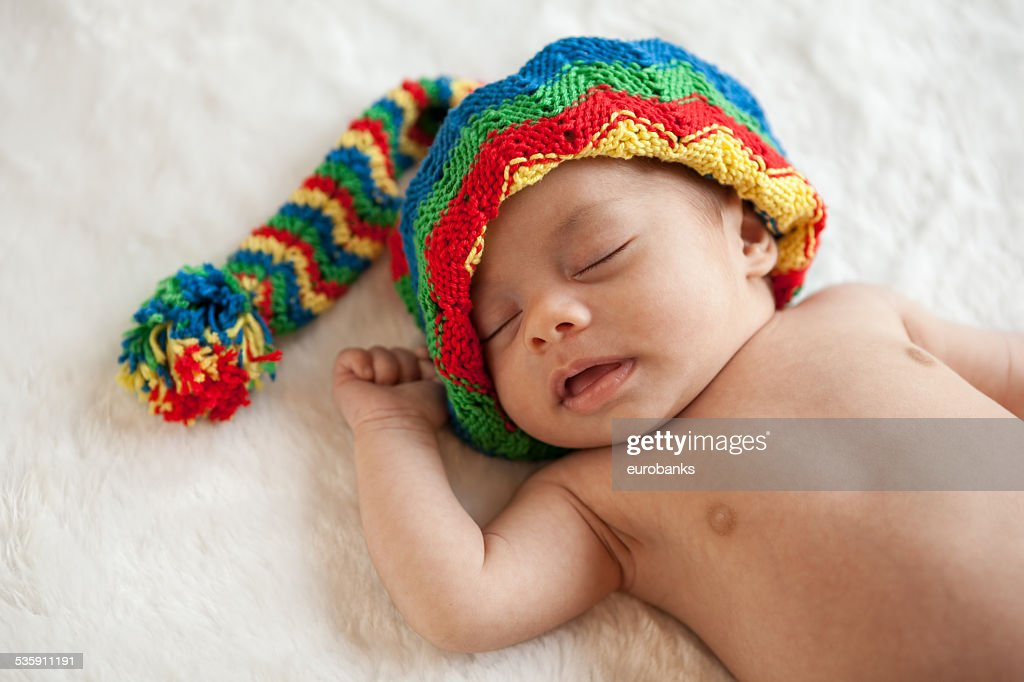 Dormir bebê recém-nascido Menina com Chapéu colorido : Foto de stock