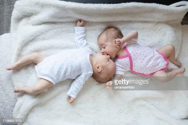 newborn twins baby - 2 5 mesi foto e immagini stock