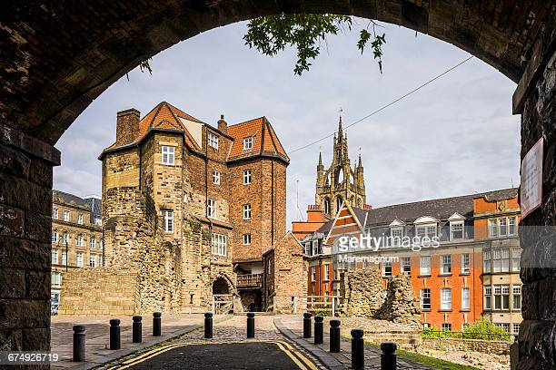 newcastle castle, the black gate - newcastle upon tyne fotografías e imágenes de stock