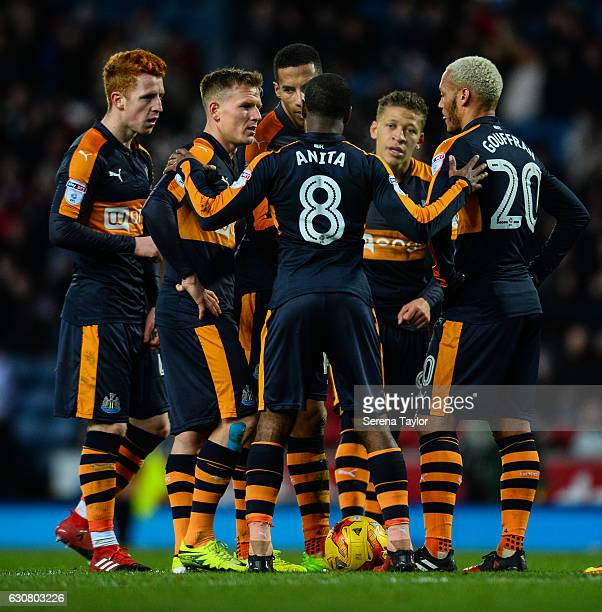 Newcastle players seen LR Jack Colback Matt Ritchie Isaac Hayden Vurnon Anita Dwight Gayle and Yoan Gouffran discuss taking a free kick during the...