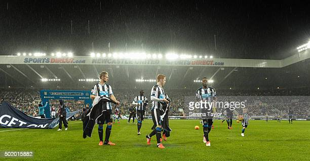 Newcastle players seen LR Siem de Jong Papiss Cisse Jack Colback Chancel Mbemba and Moussa Sissoko walk to the side of the pitch removing their...