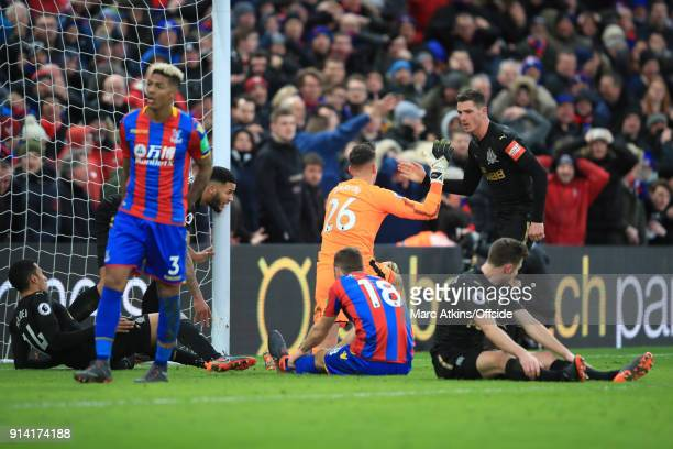 Newcastle United goalkeeper Karl Darlow thanks Ciaran Clark after he makes 2 late blocks from Christian Benteke and James McArthur during the Premier...