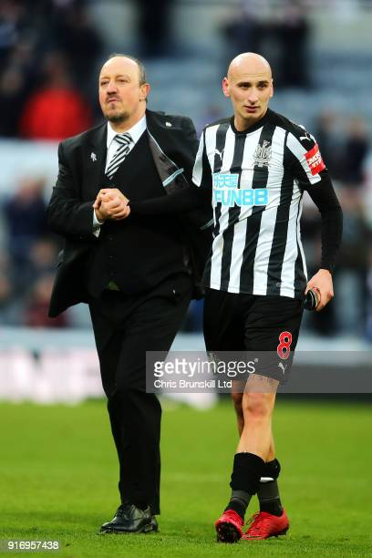 Newcastle United manager Rafael Benitez congratulates Jonjo Shelvey following the Premier League match between Newcastle United and Manchester United...
