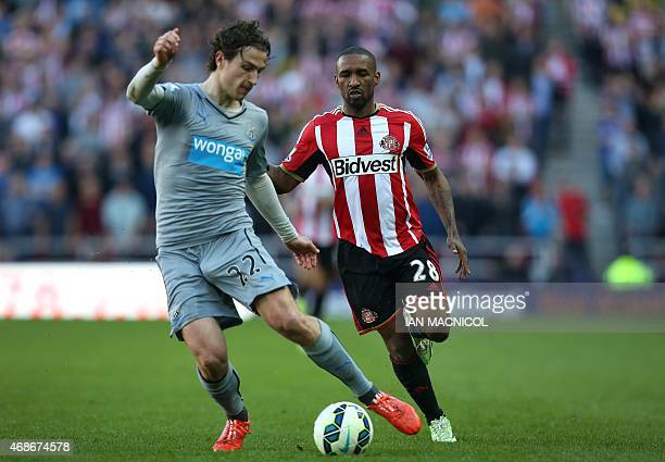 Newcastle United's Dutch defender Daryl Janmaat vies with Sunderland's English striker Jermain Defoe during the English Premier League football match...