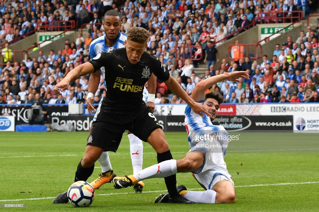 TOPSHOT - Newcastle United's English forward Dwight Gayle (L) is tackled in the penalty area during the English Premier League football match between Huddersfield Town and Newcastle United at the John Smith's stadium in Huddersfield, northern England on August 20, 2017. / AFP PHOTO / Anthony Devlin / RESTRICTED TO EDITORIAL USE. No use with unauthorized audio, video, data, fixture lists, club/league logos or 'live' services. Online in-match use limited to 75 images, no video emulation. No use in betting, games or single club/league/player publications. /
