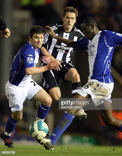 Newcastle United's English forward Michael Owen vies with Birmingham City's Irish midfielder Damien Johnson and Birmingham City's English midfielder...