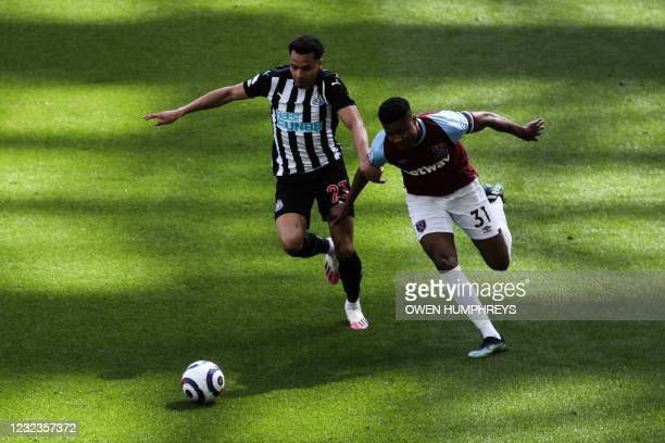 Newcastle United's English midfielder Jacob Murphy fights for the ball with West Ham United's English defender Ben Johnson during the English Premier...