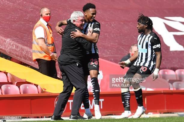 Newcastle United's English midfielder Joe Willock celebrates after scoring the equalising goal with Newcastle United's English head coach Steve Bruce...