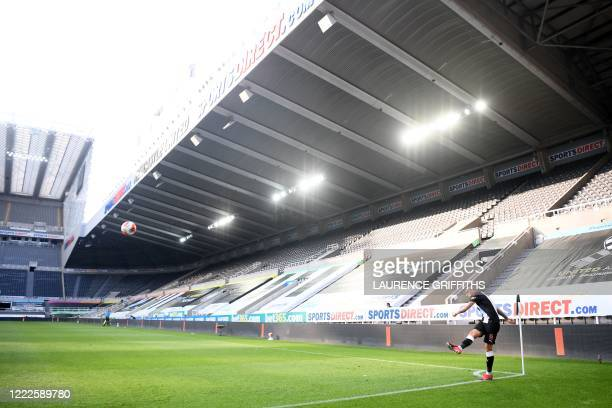 Newcastle United's English midfielder Jonjo Shelvey takes a corner kick during the English Premier League football match between Newcastle United and...