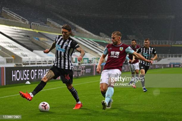 Newcastle United's Irish midfielder Jeff Hendrick vies for the ball against Burnley's English defender Charlie Taylor during the English Premier...
