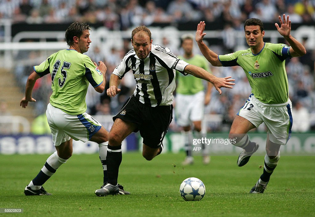 Newcastle's Alan Shearer (C) vies for th : News Photo