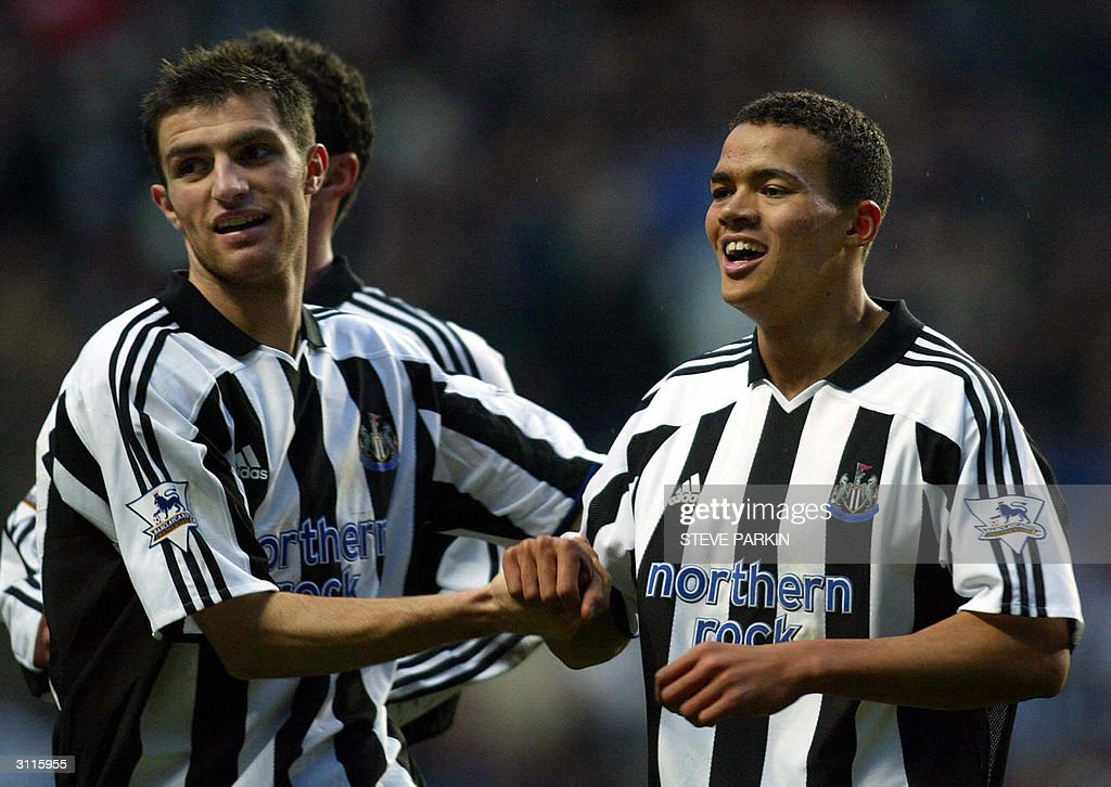 Newcastle's Jermaine Jenas (R) celebrate : News Photo