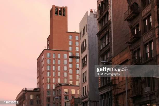 newly built hotel and old tenement housing in noho (north of houston street), in manhattan, new york city - manhattan stock-fotos und bilder