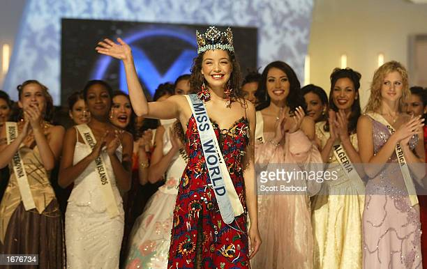 Newly crowned Miss World Miss Turkey Azra Akin waves to the audience at the Miss World 2002 competition December 7 2002 in London England The Miss...