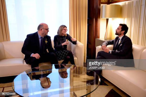 Newly elected Catalan parliament speaker Roger Torrent speaks with Junts per Catalunya's Elsa Artadi and Eduard Pujol during a meeting at the Catalan...