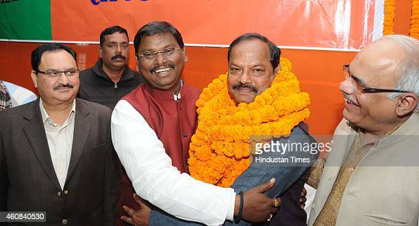 Newly elected Chief Minister of Jharkhand Raghuvar Das being welcomed by former Chief Minister Arjun Munda while Central BJP Observers JP Nadda and...