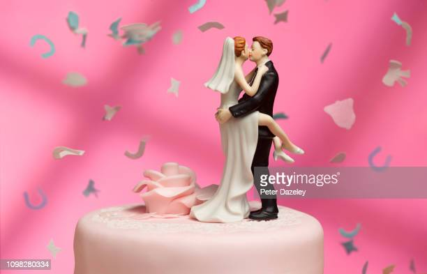 newly married couple embracing - wedding cake foto e immagini stock