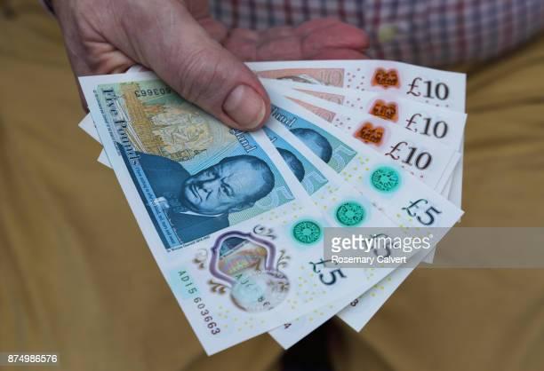 newly printed five and ten pound notes held in hand. - nota de dez pounds - fotografias e filmes do acervo