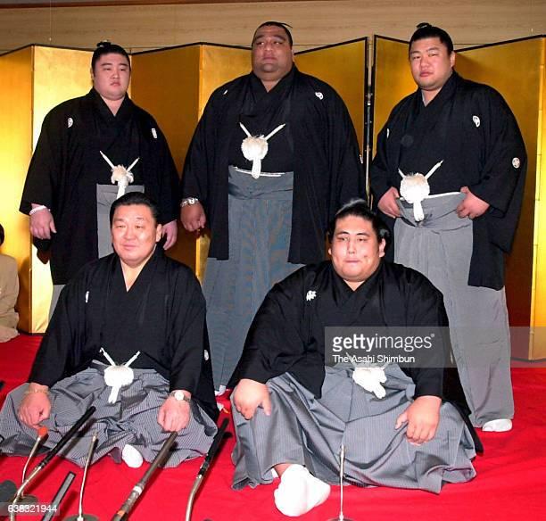 Newly promoted ozeki Miyabiyama and his stable master Musashigawa pose with yokozuna Musashimaru , ozeki Dejima and ozeki Musoyama at Musashigawa...