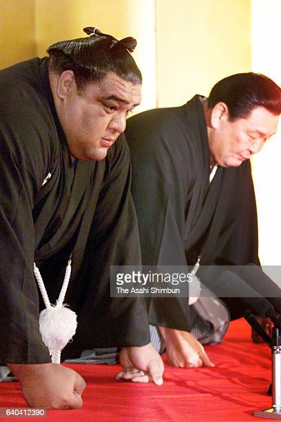 Newly promoted yokozuna Musashimaru accepts messengers from the Japan Sumo Association to deliver the message of his promotion at Musashigawa Stable...