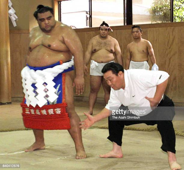 Newly promoted yokozuna Musashimaru instructed by his stable master Musashigawa as he practices for the 'Dohyo-Iri' ring purification ritual at...