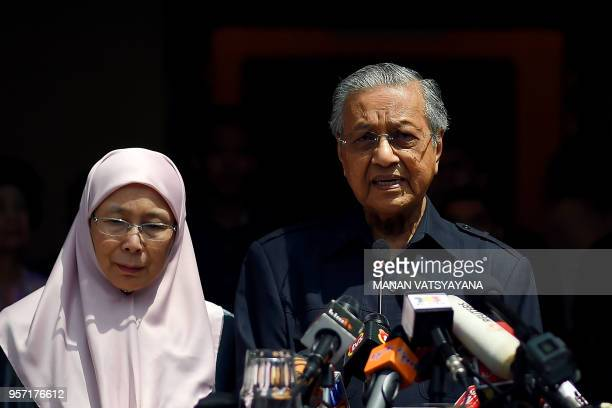 Newlyelected Malaysian Prime Minister Mahathir Mohamad addresses the media next to Wan Azizah the wife of jailed former opposition leader and current...