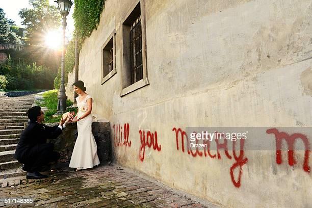 Jeunes mariés Caucasien couple dans un style vintage pour cérémonie de mariage