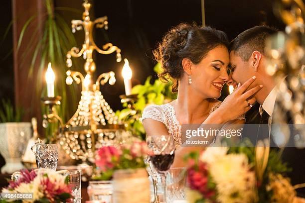 Frisch verheiratet Paar in romantischen Momente vor dem Abendessen