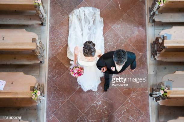 newlywed couple walking on tiled floor in church -  キリスト教 伝来の地  ストックフォトと画像