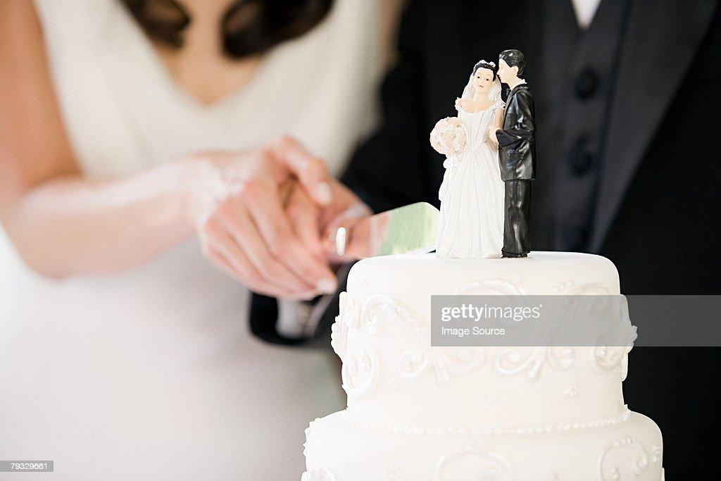 Newlyweds cutting wedding cake : Stock Photo