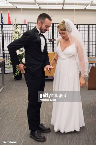 """recém-casados em casamento socialmente distante durante covid. - """"martine doucet"""" or martinedoucet - fotografias e filmes do acervo"""