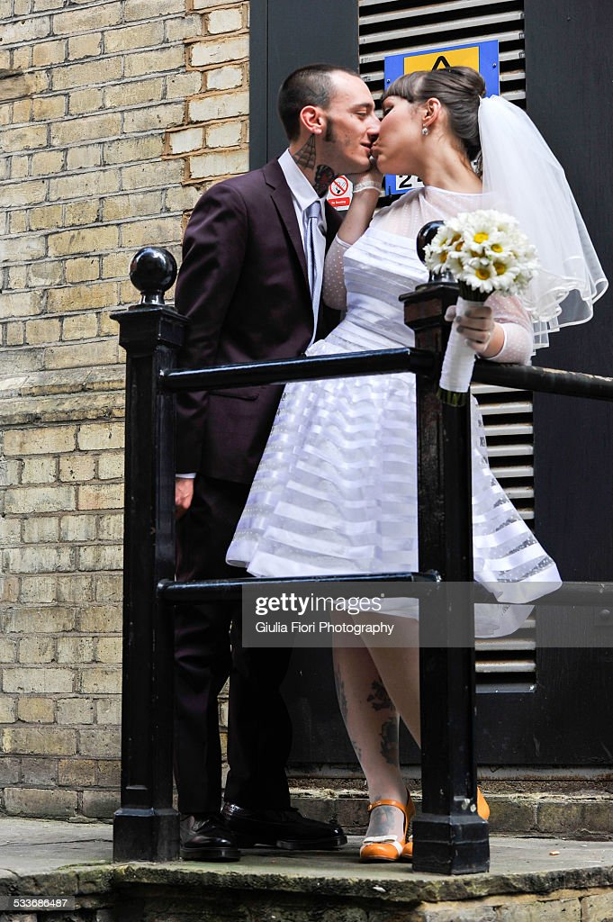 Newlyweds kissing in the street : Foto stock