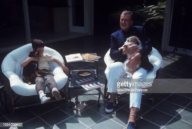 Newport Beach Californie Juin 1967 John WAYNE avec sa femme Pilar et leurs deux enfants Ethan et Marisa Ici l'acteur américain profitant du soleil...