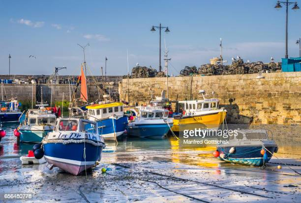 newquay harbour at low tide - cornwall england stock pictures, royalty-free photos & images