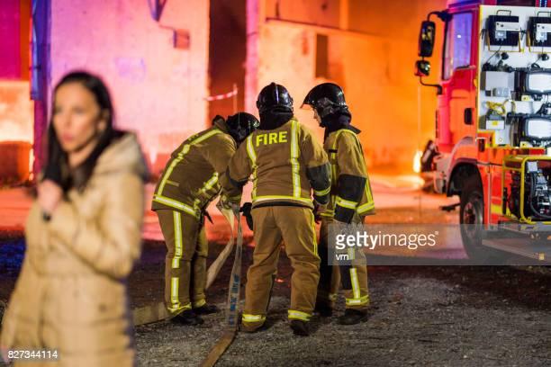 TV-Nachrichten über tapfere Feuerwehrmänner