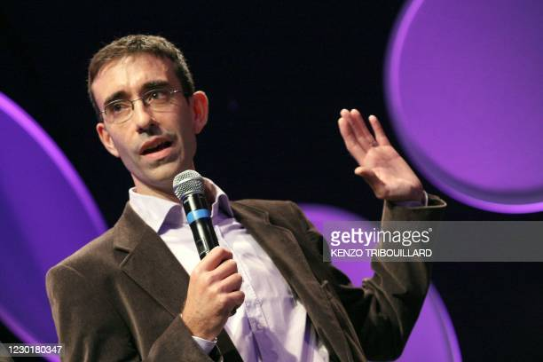 News journalist Tim Franks gives a speech on Octobrer 10, 2009 in Bayeux, western France, after winning the radio award during the annual...