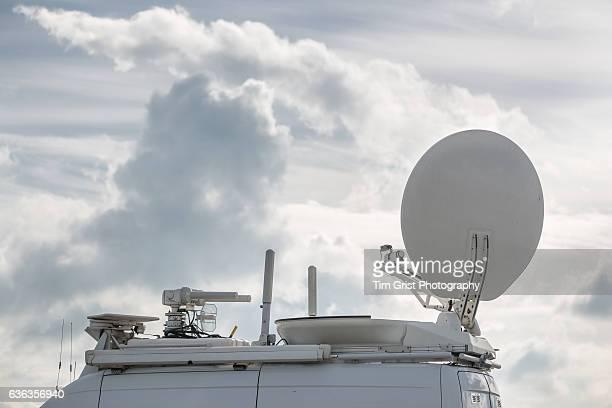 tv news satellite van - rundfunk stock-fotos und bilder