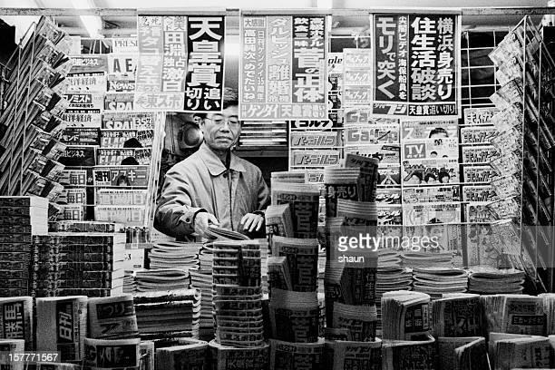 Zeitungen und Magazine stehen